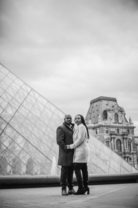 happy couples photoshoot at le Louvre Paris photographer