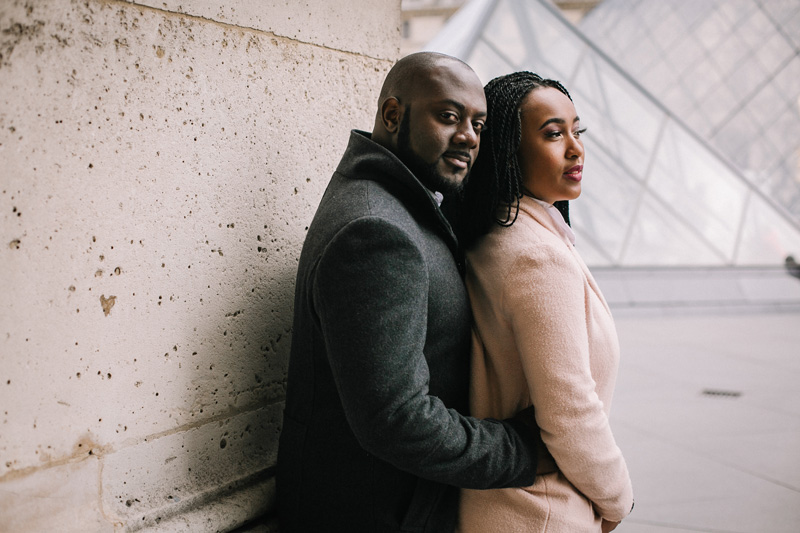 happy couples photoshoot louvre paris photographer